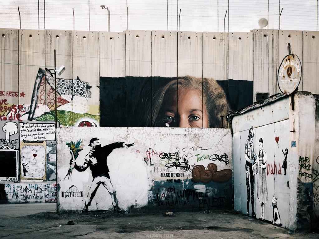 Mural Banksiego w Betlejem: mężczyzna rzucający kwiatami