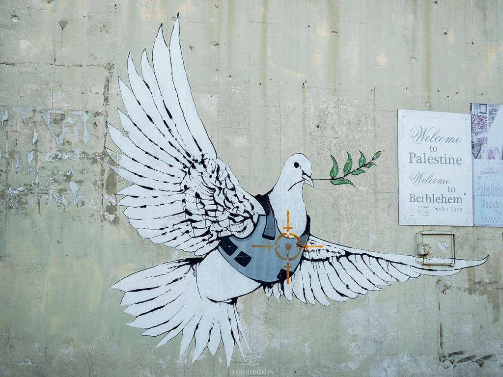 Mural Banksiego na murze w Betlejem - gołąbek pokoju