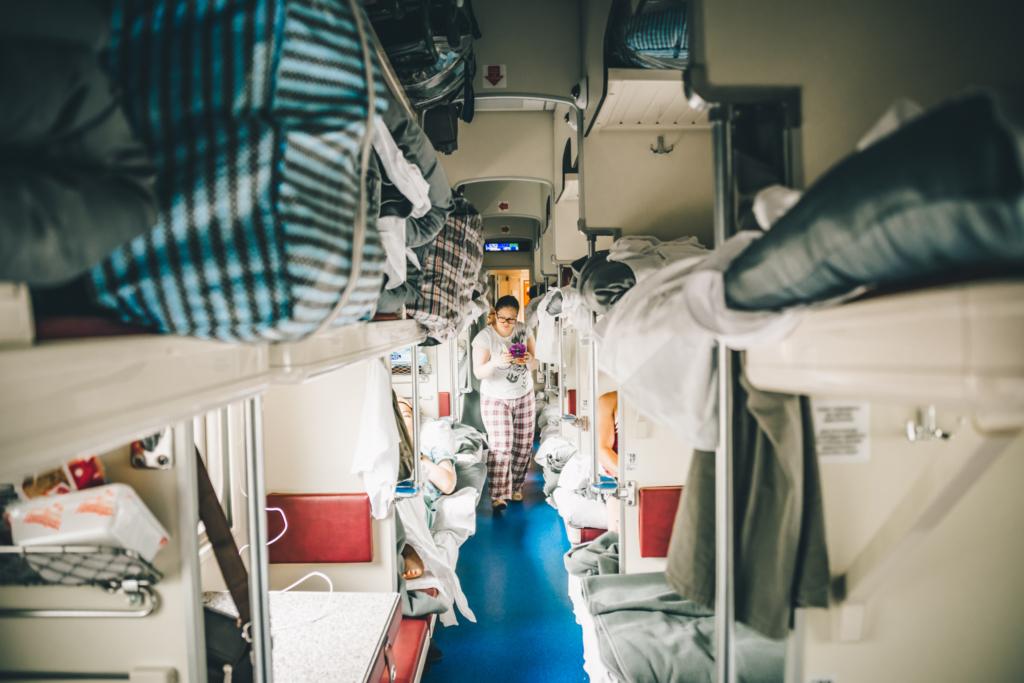 Wnętrze wagonu plackarty w kolei transsyberyjskiej