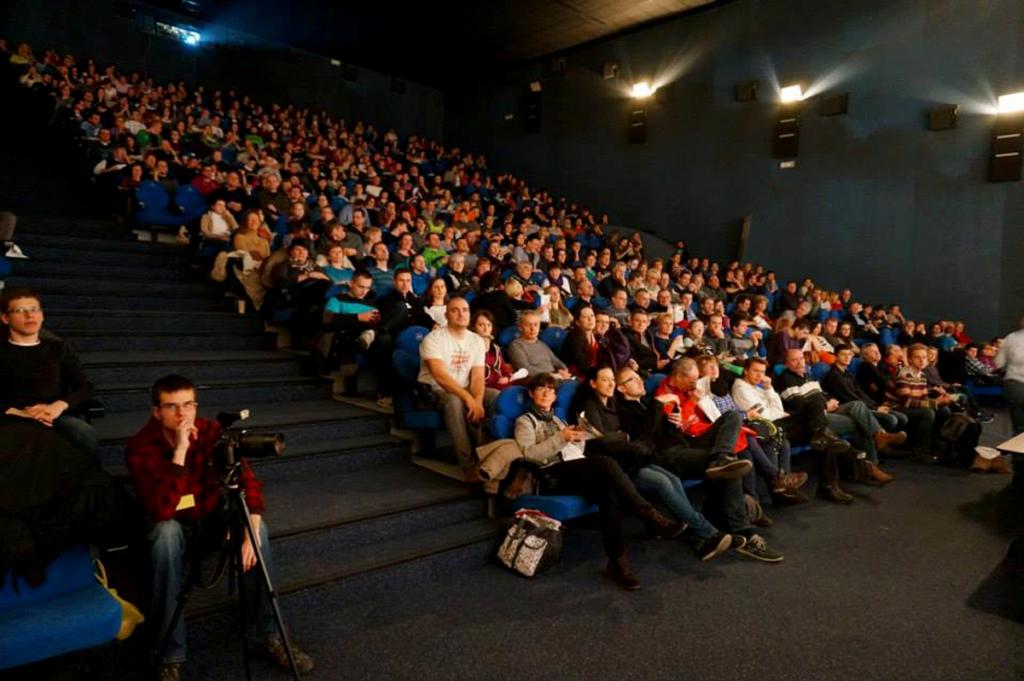 Pełna sala podczas pokazu Kuby o Bajkale
