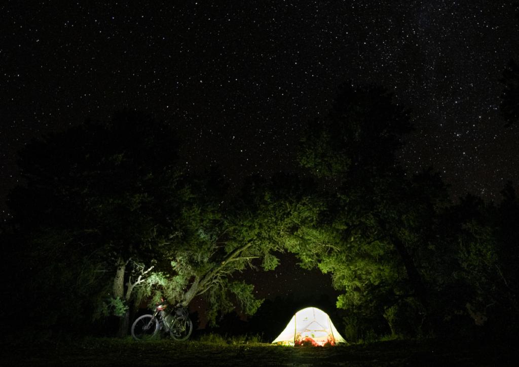 Nocne niebo na rowerowym szlaku GDMBR