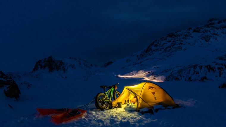 Nocleg w namiocie podczas rowerowej wyprawy na Grenlandii