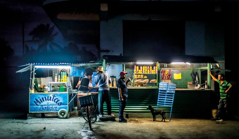 Street food na ulicach Kuby po zmroku