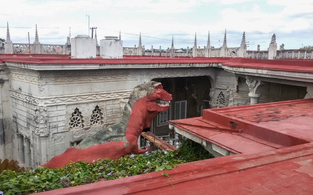 Dinozaur na dziedzińcu muzeum na Kubie