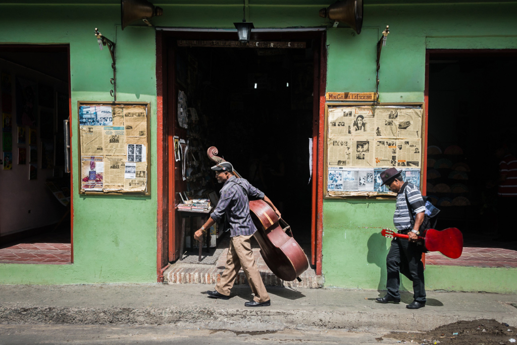 Muzycy idący ulicą Hawany