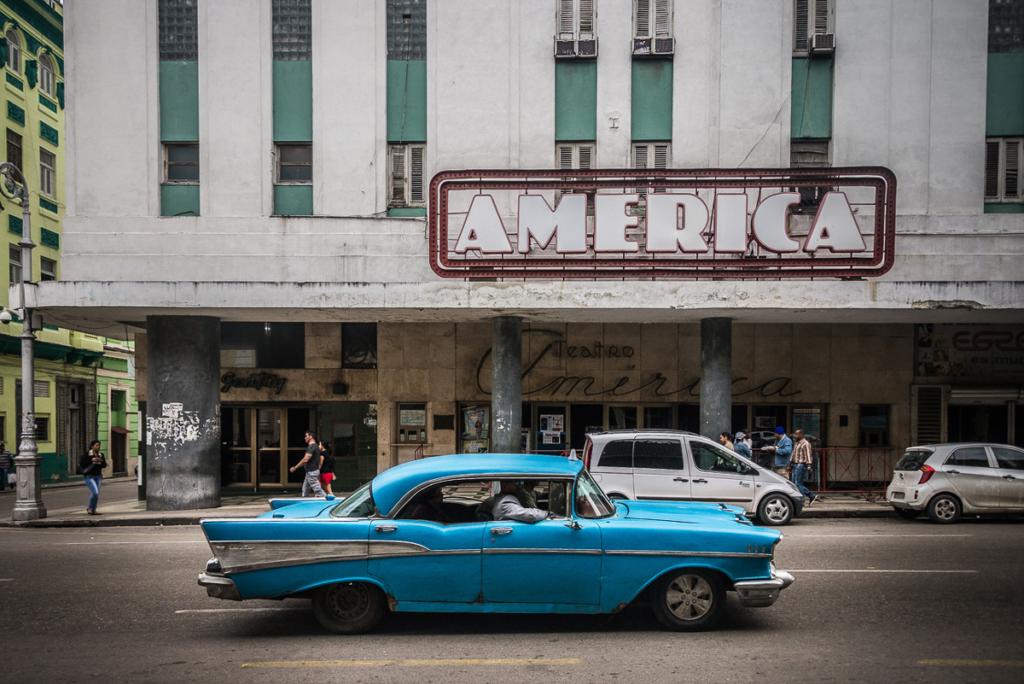 Ulica Hawany w dzień ze starym samochodem