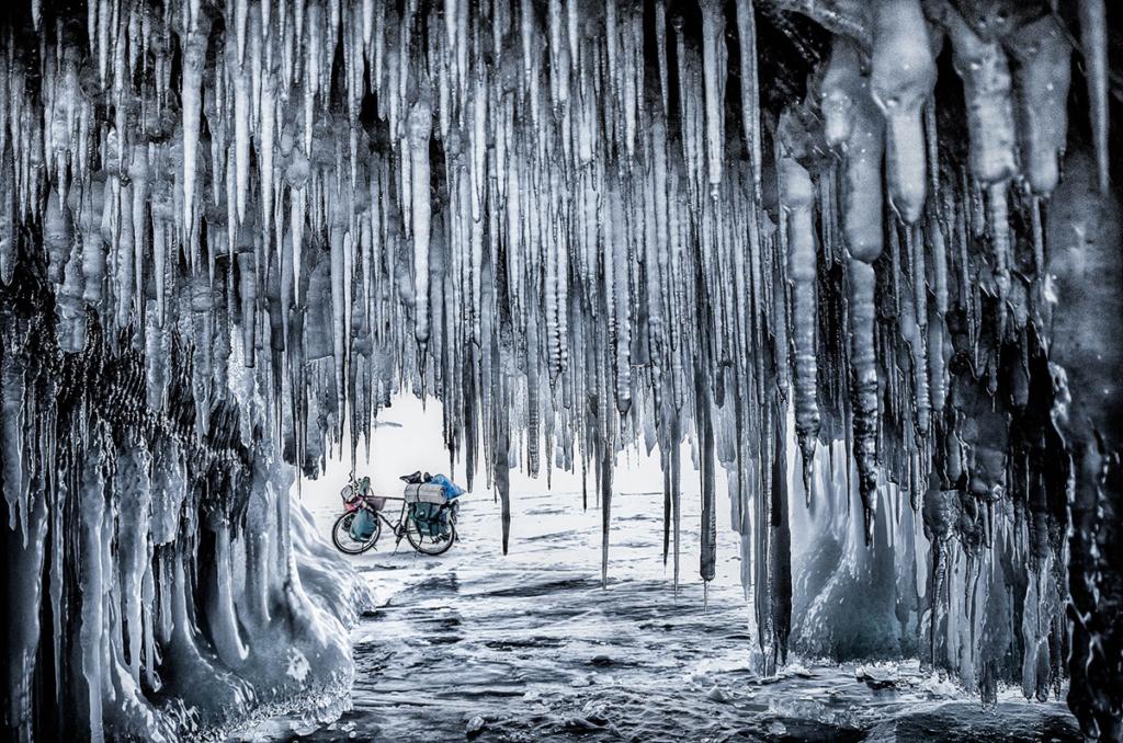 Rowerem po zamarzniętym Bajkale - jaskinia lodowa