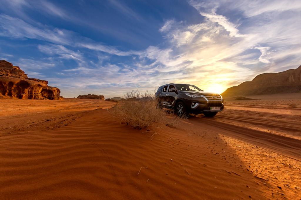 Poranek na pustynii Wadi Rum w Jordanii