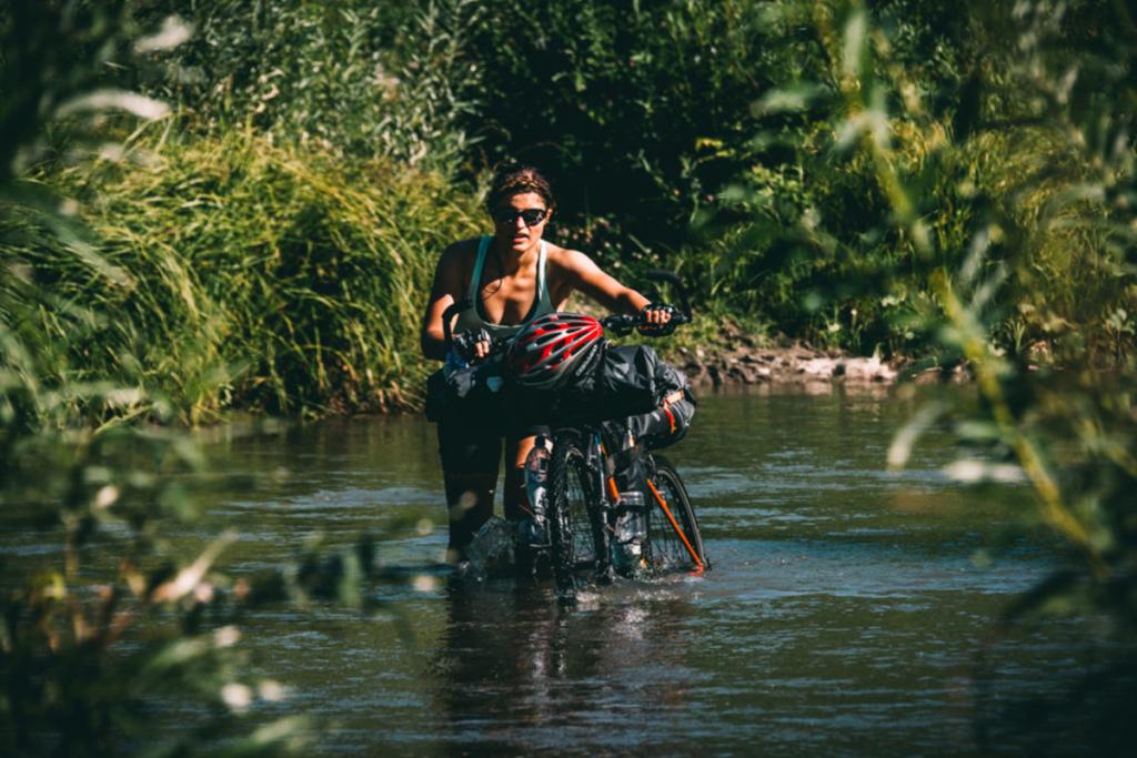 Sakwy bikepackingowe pozwalają na wycieczki rowerowe nawet w trudnym terenie