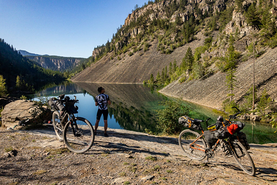 Nasze oba rowery w pełni spakowane podczas wyprawy bikepackingowej po GDMBR