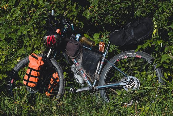 Mój rower ze wszystkimi sakwami w czasie bikepackingowej wyprawy po GDMBR