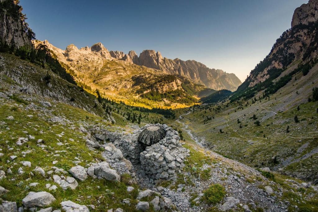 Bunkry na szlaku Peaks of the Balkans w Albanii w Górach Przeklętych