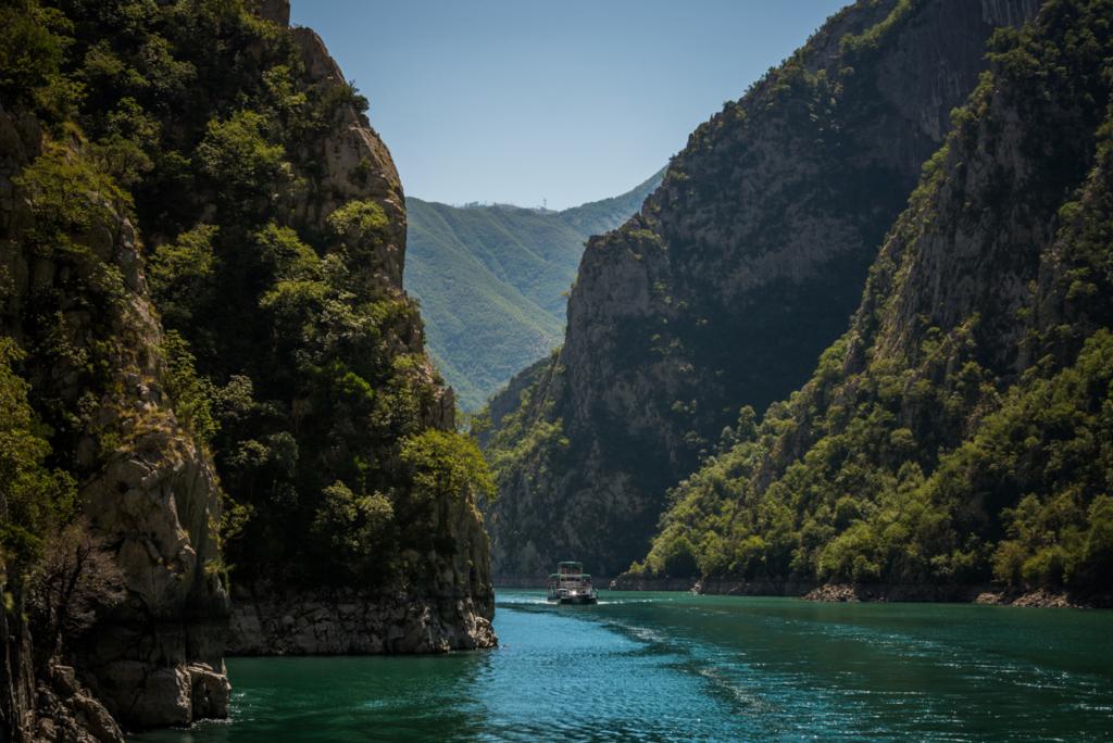 Rejs po jeziorze Koman w Albanii