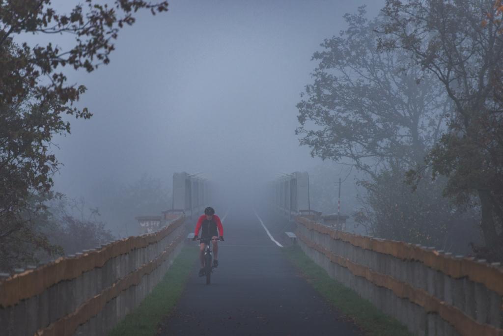 Ścieżka rowerowa po nasypie kolei