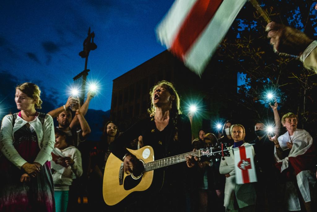 rewolucja na Białorusi wieczorne protesty ze śpiewaniem piosenki Mury