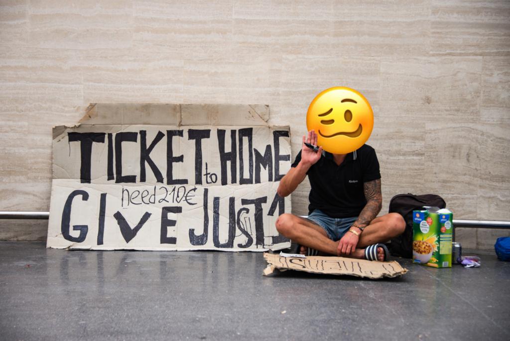 zdjęcie człowieka zbierającego pieniądze na powrót do domu na lotnisku