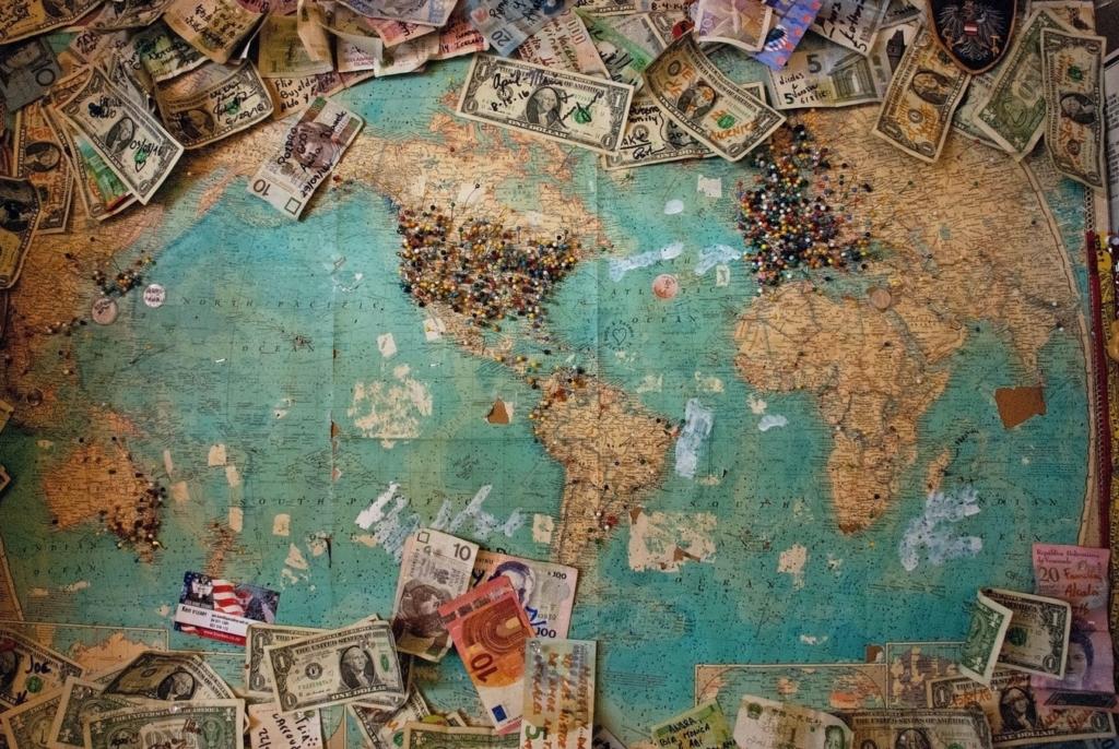 Zdjęcie mapy na której leżą pieniądze