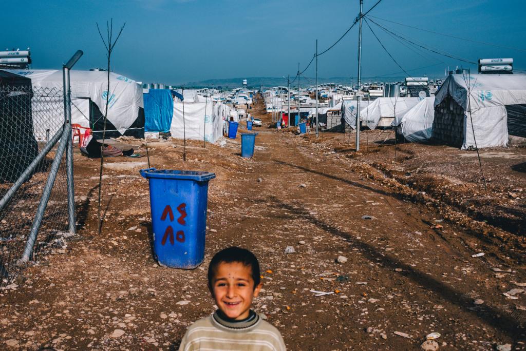 dziecko na tle obozu uchodźców w Iraku