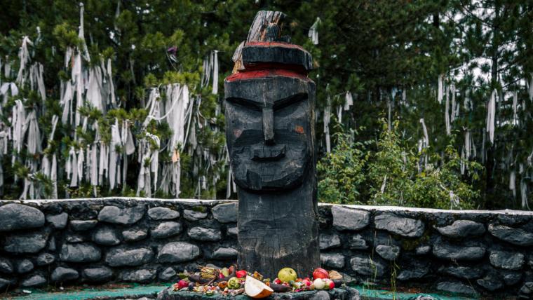 ałtajski bożek na przełęczy z pozostawionymi dla niego darami